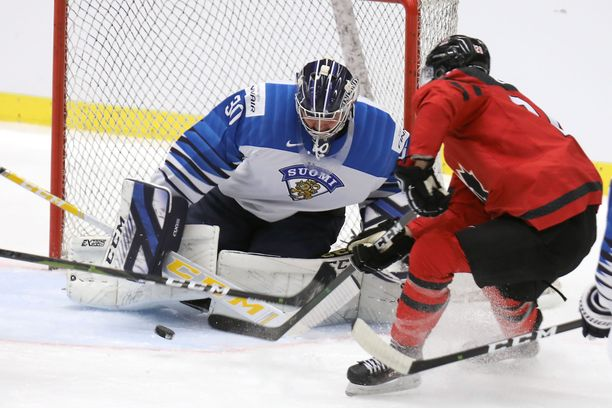 Kanadan Dawson Mercer hätyytteli Justus Annusen maalia Ostravassa pelatussa harjoitusottelussa.