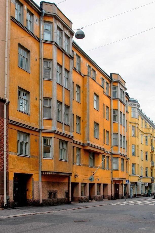 Keltainen jugend-talo sijaitsee historiallisella korttelilla Helsingissä ja henkii taatusti ajan tunnelmaa.