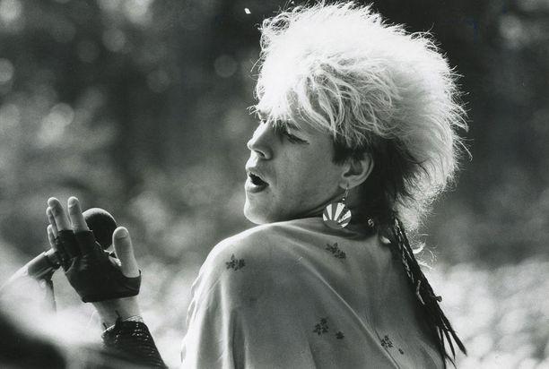 Dingon aikaansaama fanihysteria oli omaa luokkaansa. Neumannin tukkatyyli, meikki, vaatteet ja nouseva aurinko -korvikset olivat 80-luvun hitti.