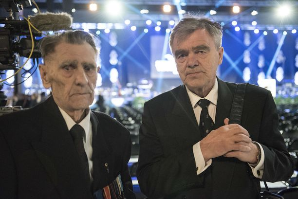Lahtelainen sotaveteraani Tauno Junnonen, 94, oli sodassa rintamalla neljä vuotta. Poika Tapio Junnonen oli isänsä saattajana juhlissa.