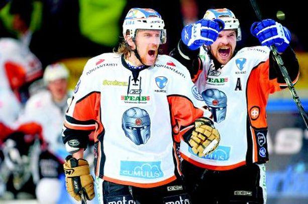 HPK:n Tuukka Mäkelä (vas.) ja Janne Kolehmainen käyvät illalla KalPan kimppuun.