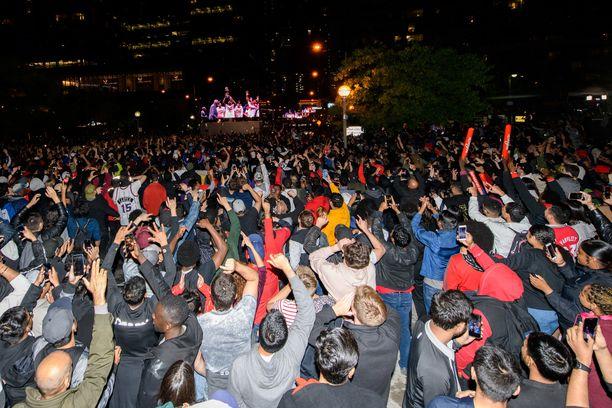 Toronton kaduilla juhlittiin historiallista NBA-mestaruutta antaumuksella.