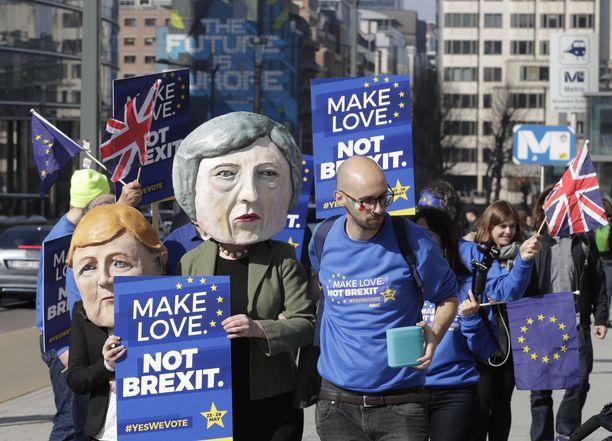 Brexitiä vastustavia mielenosoittajia torstaina Brysselissä, jossa pääministeri Theresa May on keskustelemassa eropäivän lykkäämisestä EU-johtajien kanssa.