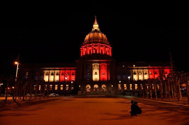 San Franciscon kaupungintalo valaistiin Belgian lipun väreihin Yhdysvaltojen Kaliforniassa.