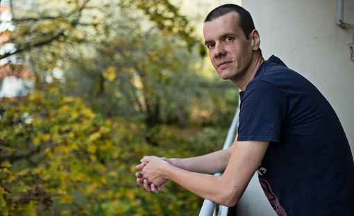 """39-vuotias Ossi Nyman nousi otsikoihin kerrottuaan olevansa """"ideologisesti työtön"""" eli välttelevänsä työntekoa mutta nostavansa silti työmarkkinatukea."""
