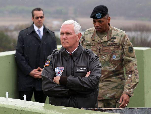 Varapresidentti Mike Pence tähyili Pohjois-Korean suuntaan demilitarisoidulla alueella huhtikuussa.