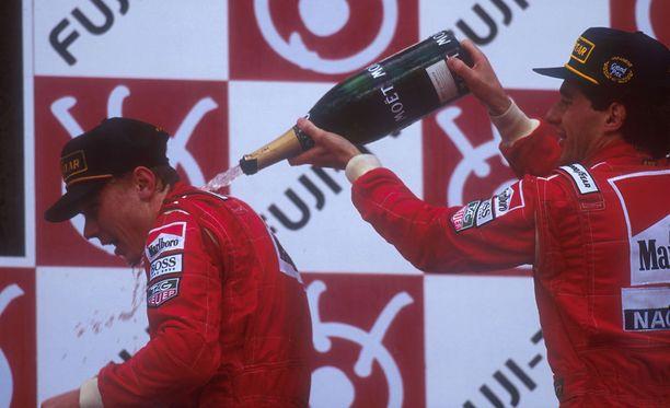 Mika Häkkinen ja Ayrton Senna pääsivät yhdessä Japanin GP:n palkintopallille vuonna 1993.