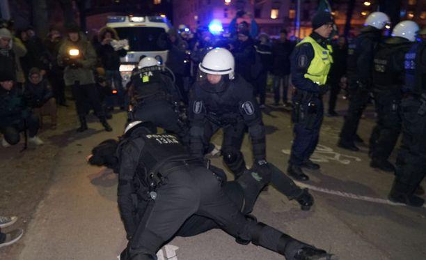 Suomalaismies itse kertoo STT:lle, että hakeutui uusnatsien kulkueeseen ja löi ruotsalaismiestä.