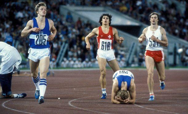 Johannes Lahti (vasemmalla) sijoittui kahdesti 11:nneksi olympialaisten 10-ottelussa. Moskovan olympialaisten 1500 metrin päätteeksi otetussa kuvassa on myös Esa Jokinen.