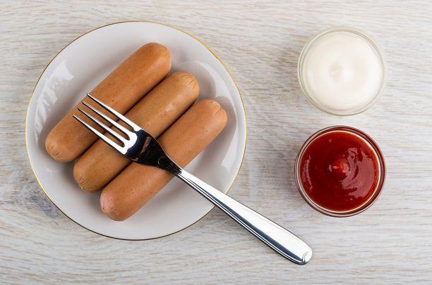 Erityisesti valmislihatuotteissa, kuten leikkeleissä ja makkarassa on usein lisäaineita, rasvaa ja runsaasti suolaa, joka kohottaa verenpainetta ja rasittaa sydäntä.