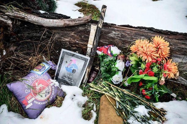 Onnettomuuspaikalta löytyi kaksi jääkiekkomailan vartta, jotka mitä ilmeisimmin ovat peräisin turmakoneen hylystä.