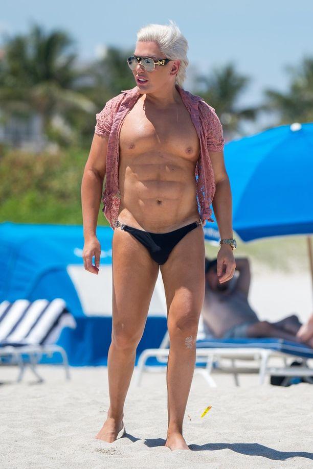 Ihmis-Ken paistatteli päivää Miamissa.