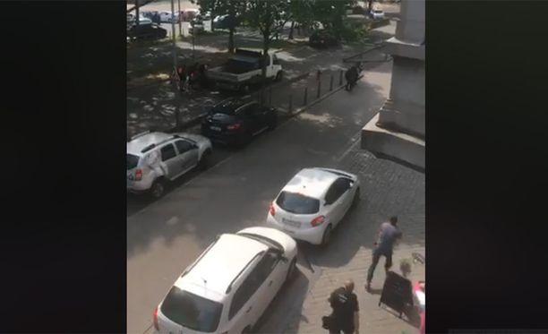 Sivullisen kuvaamalla livevideolla kuului yksi laukaus, jonka jälkeen poliisit lähtivät liikkumaan sisään koulurakennukseen.