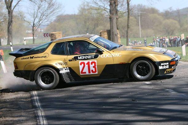 Porschen etumoottorinen malli viihtyi myös radan ulkopuolella. Kuvassa 924 Carrera GTS Hessenin perinnerallissa vuonna 2010.