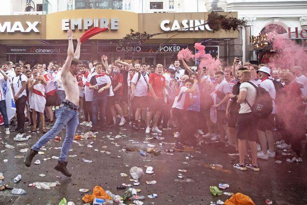 Englannin kannattajat suuntasivat kaduille valmistautumaan EM-finaalia varten.