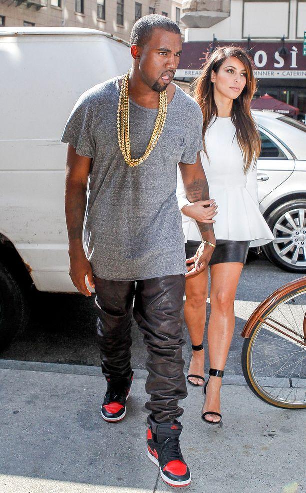 Tähän asuun Kanye yhdisti tennarit maihareiden sijasta.