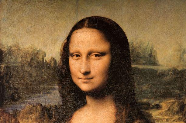 Maailman tunnetuin maalaus Mona Lisa on yllättävän pienikokoinen, vain 53 senttimetriä leveä ja 77 senttimetriä korkea. Louvren vierailijat ovat närkästyneet, koska maalauksen nähdäkseen joutuu jonottamaan kauan, mutta museohenkilökunta ei anna katsoa sitä kuin hetken. Osakuva maalauksesta.