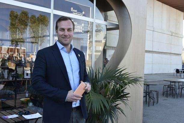 Pohjoismaiden liiketoimintajohtaja Ossi Korpela kertoo, että hänenkaltaisten Nokia-konkareiden lisäksi HMD Globalilla on töissä paljon nuorta väkeä.