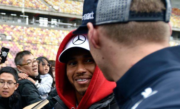 Lewis Hamilton ja Max Verstappen löivät Kiinassa kättä päälle.
