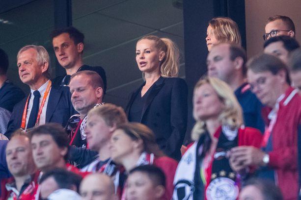 Tiiviisti avopuolisonsa otteluita poikiensa kanssa seuraava Helena Seger tunnetaan myös huolitellusta ulkonäöstä. Kuvassa Seger toukokuussa 2017.