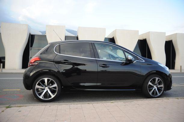 Peugeot e-208 valittiin vuoden 2020 autoksi maaliskuussa.