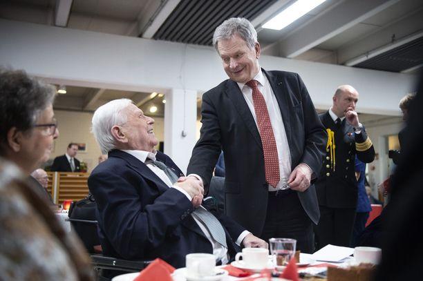 Tasavallan presidentti Sauli Niinistö kättelee 93-vuotiasta sotaveteraania Kalervo Kukkaa Kaunialan sairaalan kahvilassa.