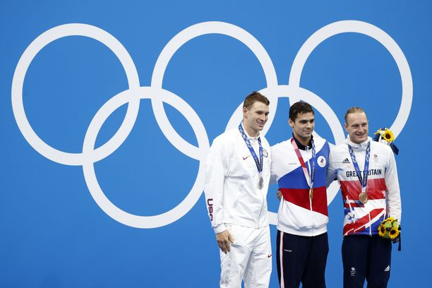 Ryan Murphy (vas.), Jevgeni Rilov ja Luke Greenbank 200 metrin selkäuinnin palkintojenjaossa.