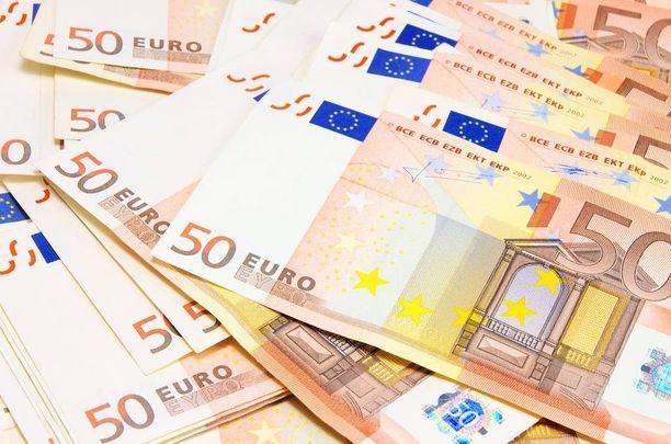 Omahoitaja säilytti vanhuksen rahoja kotonaan 50 ja 20 euron seteleinä. Kuvan viisikymppiset eivät liity rikokseen.