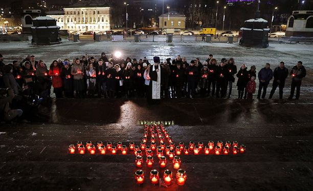 Lentoturman uhreja kokoonnuttiin muistelemaan ja suremaan Moskovaan kirkon edustalle.