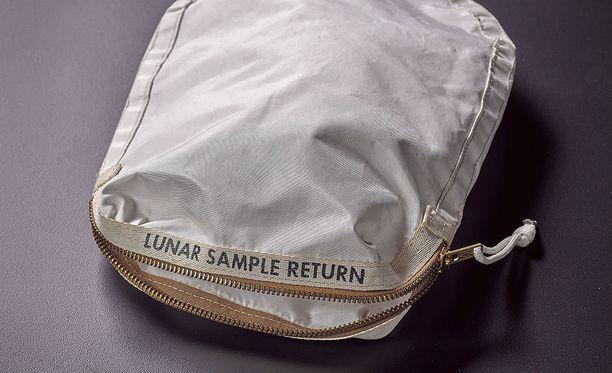 Astronautti Neil Armstrongin laukku, jolla hän toi Maahan ensimmäiset näytteet Kuusta, huutokaupattiin New Yorkissa 1,8 miljoonalla dollarilla.