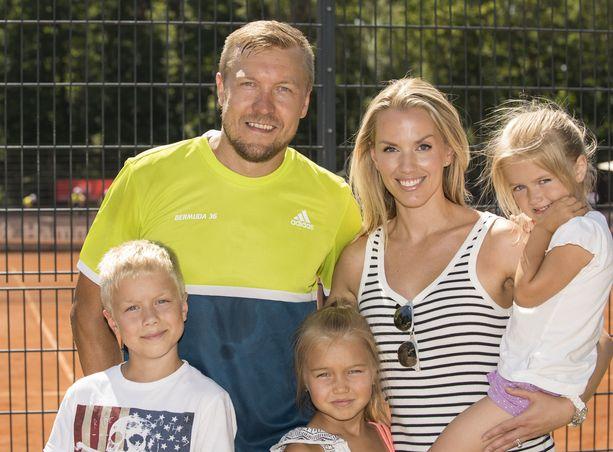 Niklas ja Piritta Hagmanilla on kolme yhteistä lasta. Kuva vuodelta 2016.
