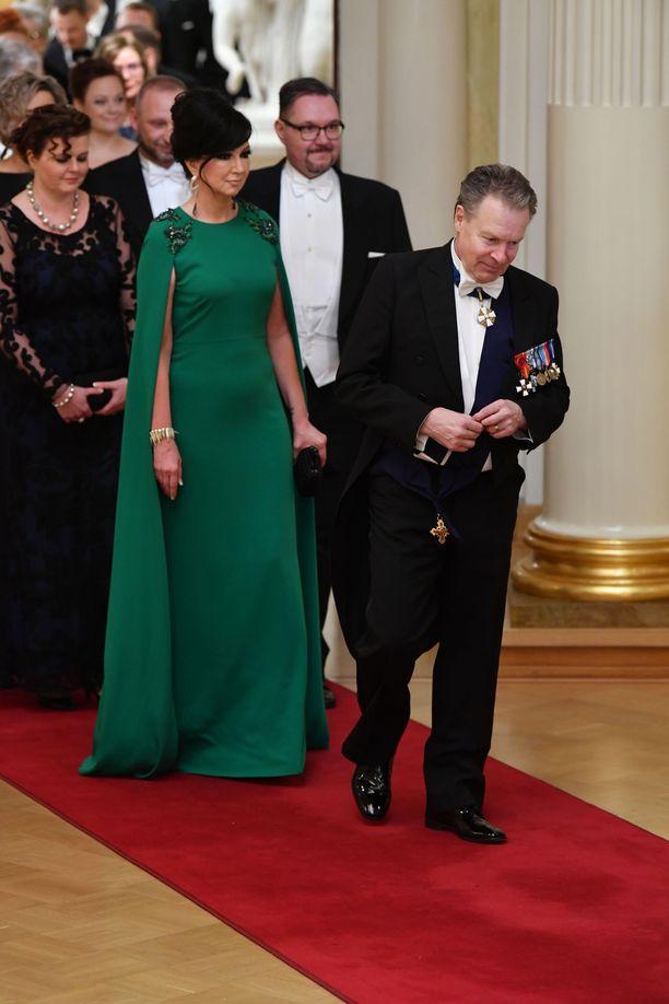 Myös Elina Kiikko osaa pukeutua aina upeasti. Vihreä ja viittamainen luomus oli elegantti valinta.