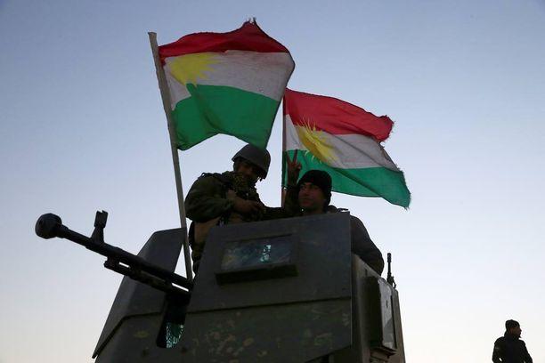 Kurdien peshmerga-joukot seisoivat sotilasajoneuvossaan edetessään Mosulia ympäröiviin kyliin.