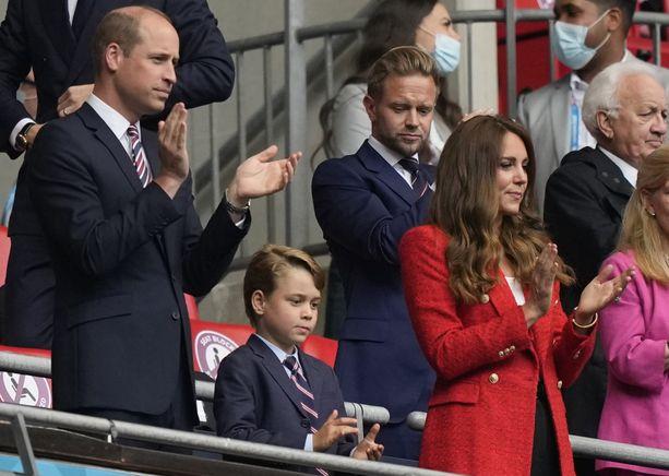 Prinssi George katsomassa jalkapalloa vanhempiensa kanssa viime kuun loppupuolella.