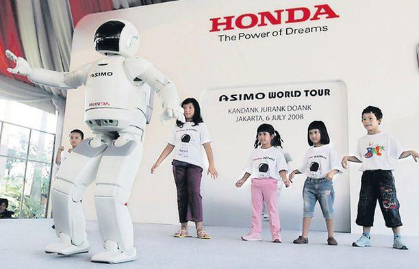 REPÄISEVÄ MEININKI. Näin rivakasti löi lapikasta lattiaan Honda-konsernin tanssiva Asimo-robotti, joka hioi indonesialaisista parkettien partaveitsiä Jakartassa järjestetyssä markkinointitilaisuudessa.