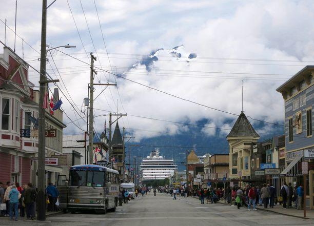 Kylässä asuu 1000 ihmistä, mutta risteilyalukset tuovat sinne turisteja.