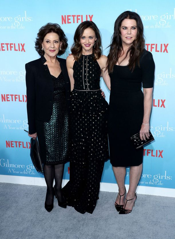 Gilmoret kolmessa sukupolvessa: Emilyn roolissa Kelly Bishop, Roryn roolissa Alexis Bledel ja Lorelain roolissa Lauren Graham.