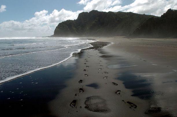 Karekare, Uusi-Seelanti: Kuulu musta ranta sijaitse alle tunnin matkan päässä Aucklandista. Siellä vierailevan kannattaa tutustua myös Karekaren vesiputoukseen.