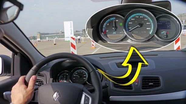 Mittaristo on perinteisen selkeä. Vasemmanpuoleisin mittari näyttää akun latausta ja oikeanpuoleisin jäljellä olevia ajokilometrejä.