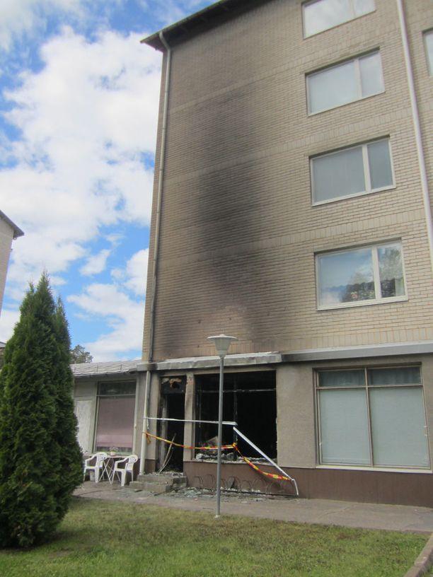 Kerrostalon katutason huoneisto tuhoutui tulipalossa lauantain vastaisena yönä Imatralla.