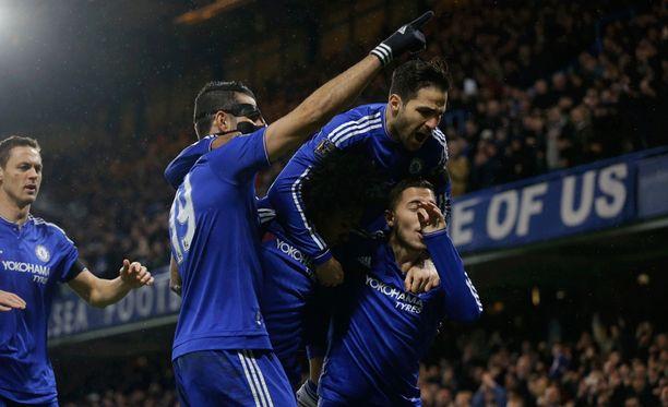 Chelsean peli kulkee. Cesc Fàbregas on kiivennyt Eden Hazardin niskaan. Diego Costa pitää ihmistornia pystyssä.