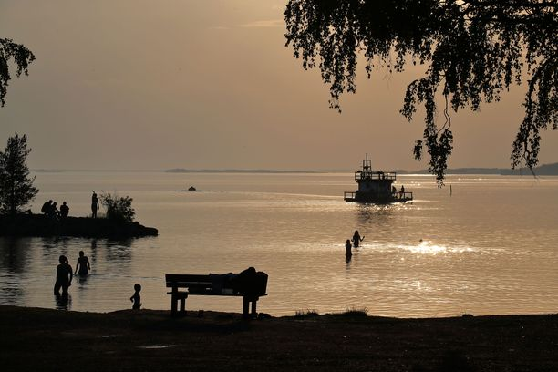Tänään paistaa monin paikoin aurinko. Kuvassa Kontiolahden sataman uimaranta kesäkuun iltana. Kuvituskuva.