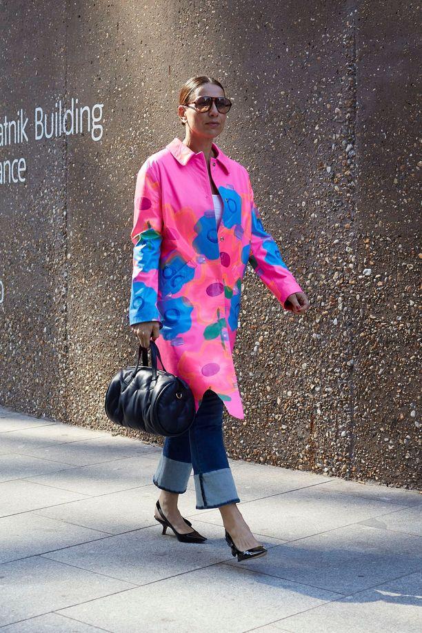 Värikäs takki toimii katseenvangitsijana ja piristää pelkistetyimmänkin asun.