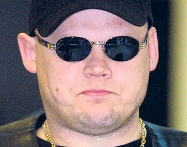 TÄYSKÄÄNNÖS Rikollispomo Lauri Johansson vaatii NBK:n jäseniä noudattamaan uusia, väkivallattomia sääntöjä.