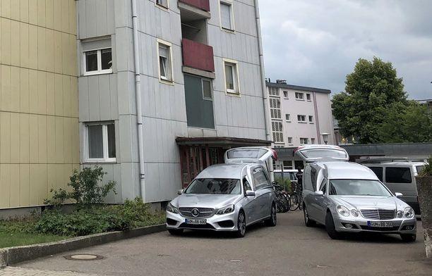 Kaksi ruumisautoa seisoi tiistaiaamuna rikospaikalla asuintalon edessä Gunzenhausenissa.
