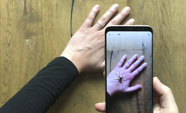 Sovellus peilaa virtuaalihämähäkin pinnalle.