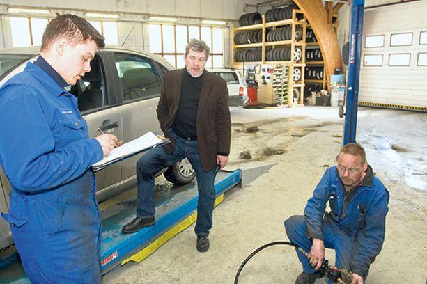 MERKKIEDUSTUS - Erik Hellbergin (keskellä) korjaamolla on Citroënin merkkiedustus. Ensihuollon toimenpidelistaa kävivät läpi myös Patrik Karlsson (vas.) ja Krister Rehn.