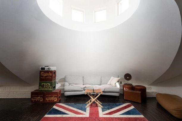 """Persoonallisesti suunniteltu kattohuoneisto ei välttämättä kuvaa """"tavallisen"""" suomalaisen asuntoa."""