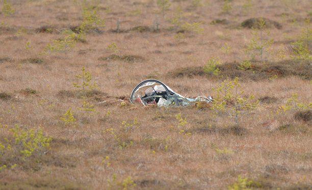 Onnettomuuskoneen kuomu löytyi onnettomuuden jälkeen murskana.