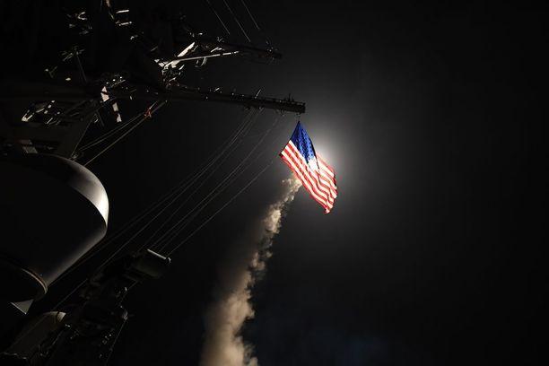 Yhdysvaltain laivasto julkaisi kuvia Syyriaan al-Shayratin tukikohtaan kello 4.40 paikallista aikaa tehdystä ohjusiskusta.